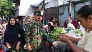 Babinsa Koramil Bubutan Pantau Harga Sembako di Pasar Tradisional