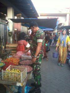 Babinsa Koramil Semampir Pantau Harga Sembako di Pasar Tradisional