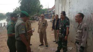 Koramil Pabean Cantikan Bantu Satpol PP Tertibkan Kebersihan Kalimas Surabaya 1
