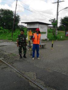 Babinsa Benowo Bersama Petugas Intensif Patau Lintasan Stasiun KA