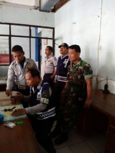 Babinsa Koramil 06 Benowo Bersama Petugas Intensif Patau Terminal TOW