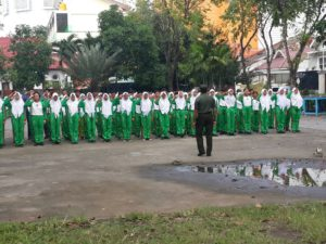 Babinsa Koramil Bubutan, Tanamkan Kedisiplinan Siswa Baru SMPN 43 Surabaya a