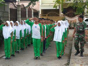 Babinsa Koramil Bubutan, Tanamkan Kedisiplinan Siswa Baru SMPN 43 Surabaya b