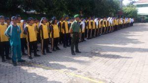 Babinsa Krembangan Melatih PBB dan Wasbang di SMPN 2 Surabaya 1