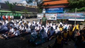 Babinsa Krembangan Melatih PBB dan Wasbang di SMPN 2 Surabaya