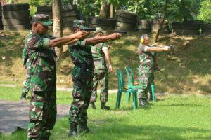 Danrem 081 beserta staf latihan menembak pistol (5)