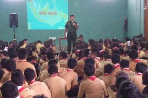 Kapten Inf Kateman memberikan materi Wasbang di SMP Negeri  1 Ponorogo