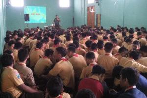 Kapten Inf Kateman memberikan materi Wasbang di SMP Negeri  1 Ponorogo. 1jpg