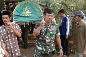 Pasiter Kodim 0806Trenggalek Hadiri Pemakaman TKI Yang  Meninggal Di Brunei Darussalam 2