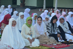 Sholat Idhul Fitri di Halaman Makorem 081 (3)