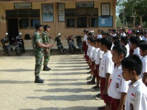 4. Babinsa Koramil Geger Bangkalan Ajari Wawasan Kebangsaan di SDN