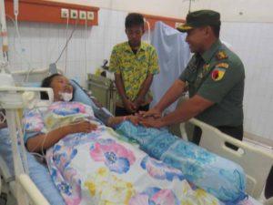 DANDIM 0814 JOMBANG LETKOL ARH M.FATKURAHMAN BERI SEMANGAT    KORBAN KECELAKAAN PASKIBRAKA-3