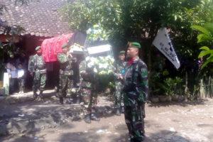 Danramil 080315 Kartoharjo Kodim Madiun Pimpin Prosesi  Pemakaman Militer 2