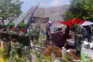 Danramil 080315 Kartoharjo Kodim Madiun Pimpin Prosesi  Pemakaman Militer 3