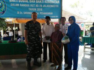 Sambut HUT Jalasenastri, Lanal Banyuwangi Bagikan Ratusan Paket Sembako Hingga Cukur Gratis 4