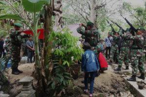 Suasana Duka Warnai Pemakaman Secara Militer Jenazah  Almarhum Serda Bambang Supriyanto Di Ngawi 1