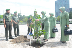 penanaman pohon Kepel di lapangan depan Makorem