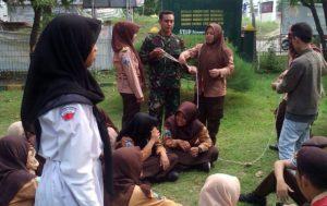 3. Babinsa 0830 06 Benowo Latih Pramuka SMA Wijaya Putra