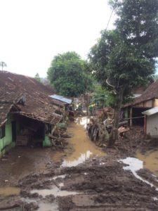 56-303-bantu-banjir-bandang-4