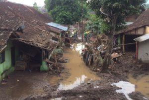 56-303-bantu-banjir-bandang-4a