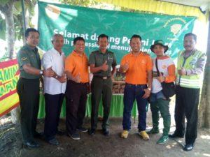 babinsa-koramil-081414-ngoro-danpingi-penyuluh-pertanian-pt-agricon-1