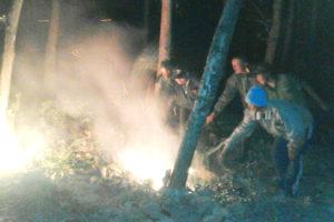 Danramil 081004 Berbek Membantu Padamkan Api (2)