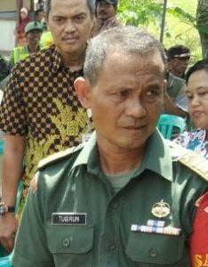 Kapten Inf Tugirun koordinasi dengan Kepala Desa Mekarsari