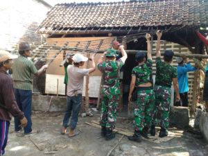 koramil-081406-ploso-karya-bhakti-berdirikan-rumah-janda-tua-4