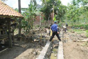 pembangunan-saluran-irigasi-agak-terhambat-karena-air-sungai-meluap-2