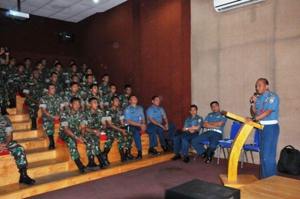 24-prajurit-kopaska-koarmatim-terima-sosialisasi-tentang-penegakan-hukum-dan-disiplin-militer-2