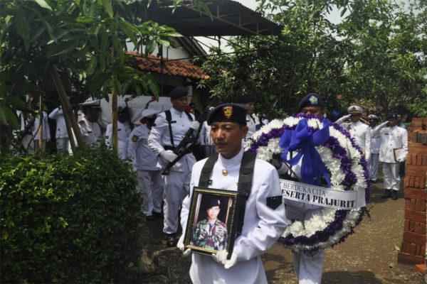 311016-upacara-pemakaman-alm-1