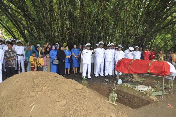 311016-upacara-pemakaman-alm-2