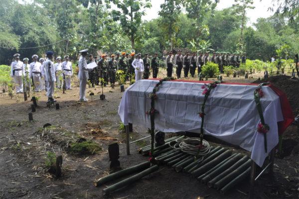 311016-upacara-pemakaman-alm-3