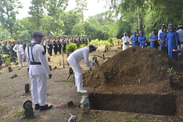 311016-upacara-pemakaman-alm-4