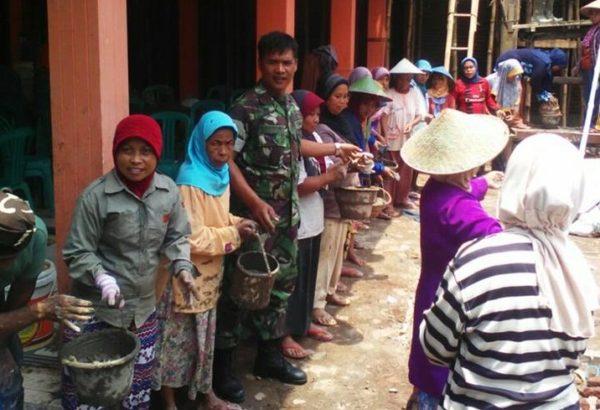 babinsa-dan-masyarakat-cisalak-gotong-royong-bangun-kantor-desa-2