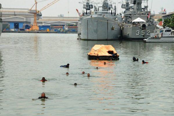 02-komandan-satban-koarmatim-tinjau-latihan-sea-survival-1