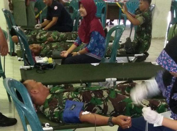1-hut-kodam-v-brawijaya-dan-hjk-kodim-bersama-pmi-bangkalan-gelar-donor-darah-h