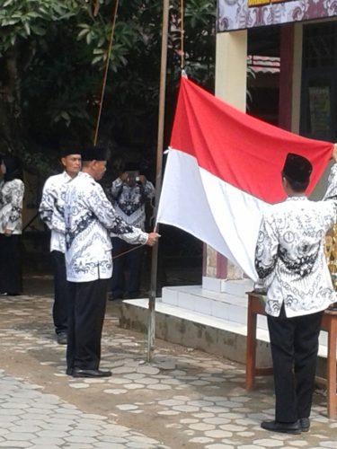 3-personel-kodim-0829-bangkalan-ikuti-upacara-hari-guru-nasional-3