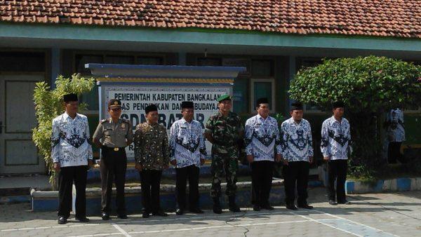 3-personel-kodim-0829-bangkalan-ikuti-upacara-hari-guru-nasional-7
