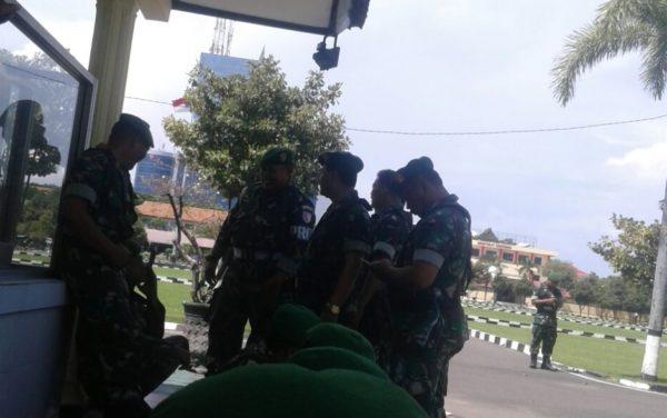 5-babinsa-koramil-tandes-bantu-kepolisian-amankan-aksi-unjuk-rasa-d