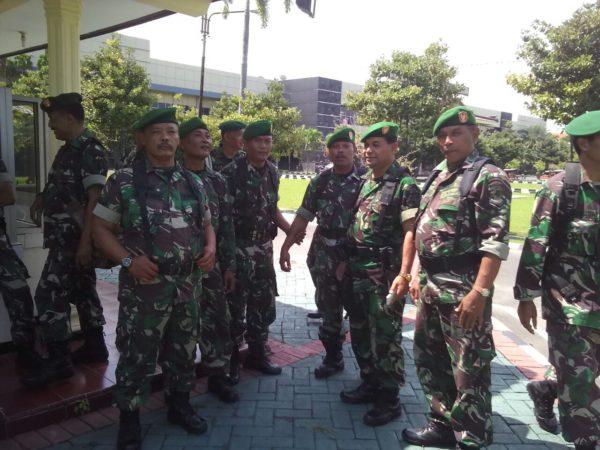 5-babinsa-koramil-tandes-bantu-kepolisian-amankan-aksi-unjuk-rasa