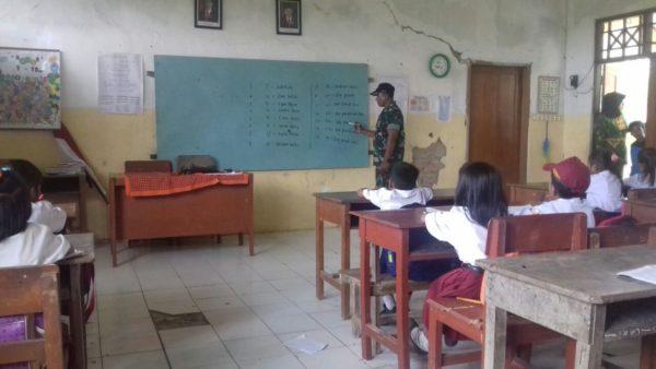 5-babinsa-socah-bangkalan-tanamkan-wawasan-kebangsaan-kepada-pelajar-sd
