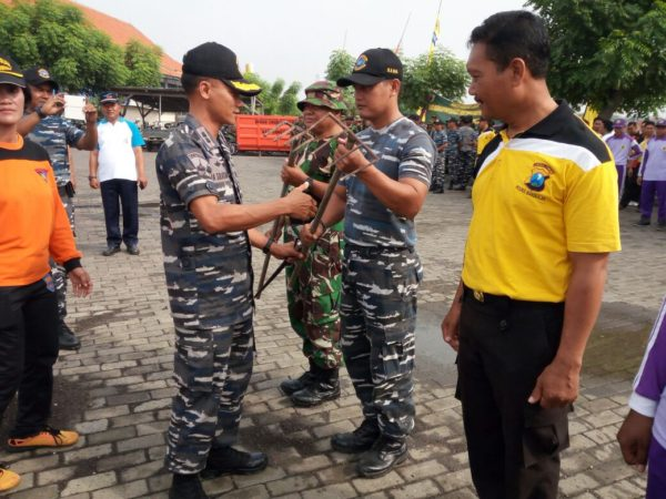 5-personel-kamal-bangkalan-hadiri-apel-bersih-bersih-pantai-kamal