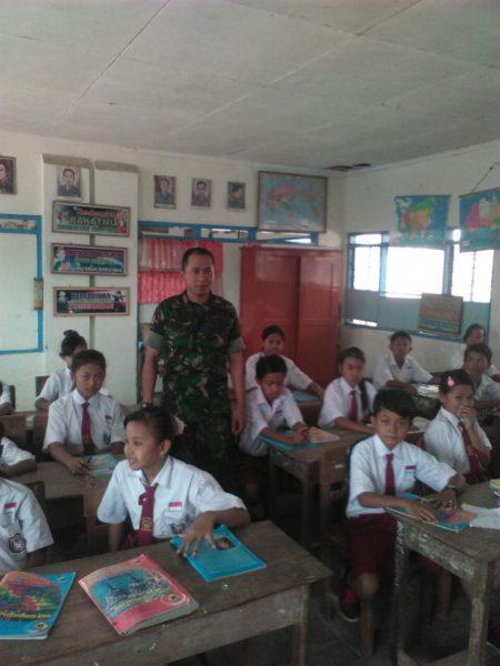8-babinsa-kwanyar-bangkalan-ajarkan-wawasan-kebangsaan-di-sdn-1-tebul
