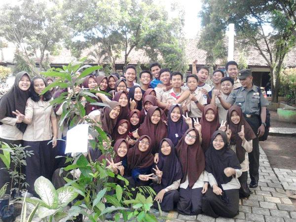 aksi-penanaman-seribu-pohon-yang-dilakukan-siswa-siswi-sman-1-sidareja-3