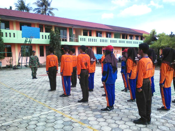 babinsa-koramil-09-kawunganten-bentuk-kedisiplinan-pelajar-3