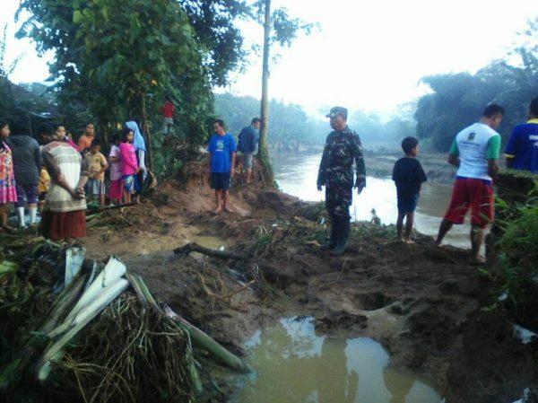 banjir-yang-menimpa-desa-pahonjean-akibat-jebolnya-tanggul-sungai-cijalu-2