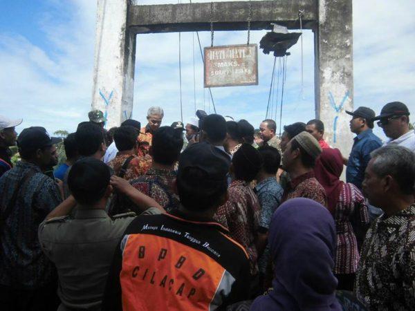 gubernur-jawa-tengah-tinjau-jembatan-gantung-desa-rawajaya-2