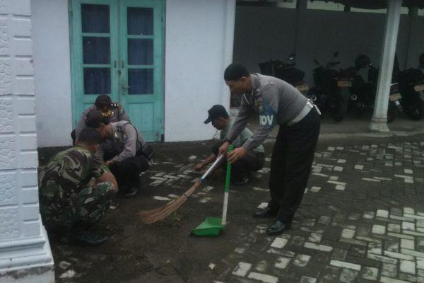 koramil-0806-02-memperindah-masjid-3