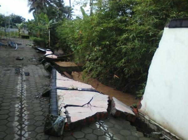 meluapnya-sungai-cibenda-akibatkan-tembok-roboh-3